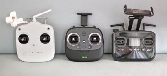 Des télécommandes de drones.