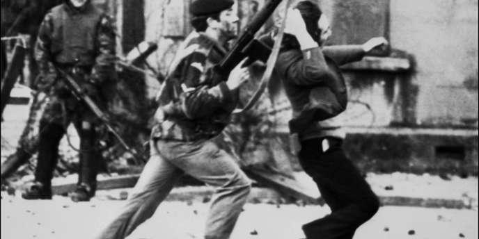 Des parachutistes britanniques avaient ouvert le feu sur les manifestants, arguant que des nationalistes de l'Armée républicaine irlandaise (IRA) les menaçaient.