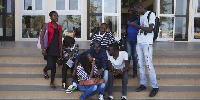 Des étudiants aux portes de l'université Cheikh Anta Diop, à Dakar, en avril 2013.