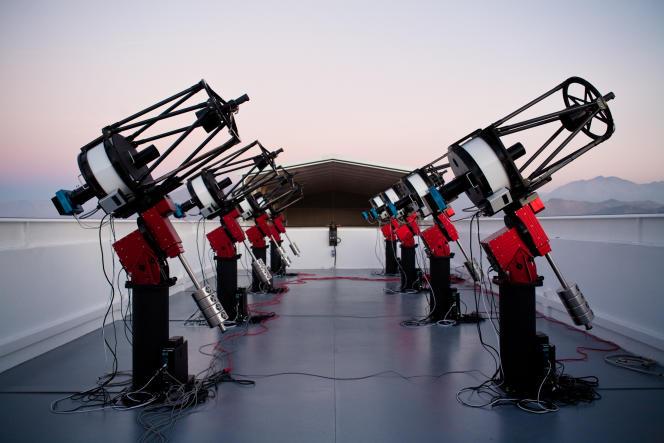 Les huit télescopes du système MEarth-South telescope array, installés au Chili.