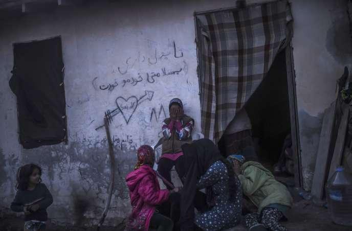 Des réfugiés patientent à Çesme (province turque d'Izmir), le 3 novembre, avant de pouvoir rejoindre l'île grecque de Chios.