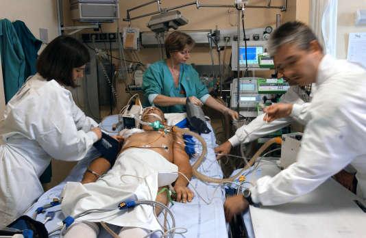 Le personnel médical se prépare à transférer un malade dans le coma du service de réanimation de l'hôpital général de Dijon vers le service de radiologie.