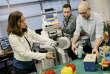 """Des scientifiques de l'Université de Californie à Berkeley avec le robot BRETT, utilisant le """"deep learning"""" afin d'améliorer sa dextérité, en mai 2015."""