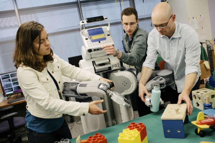 Des scientifiques de l'Université de Californie à Berkeley avec le robot BRETT, utilisant le
