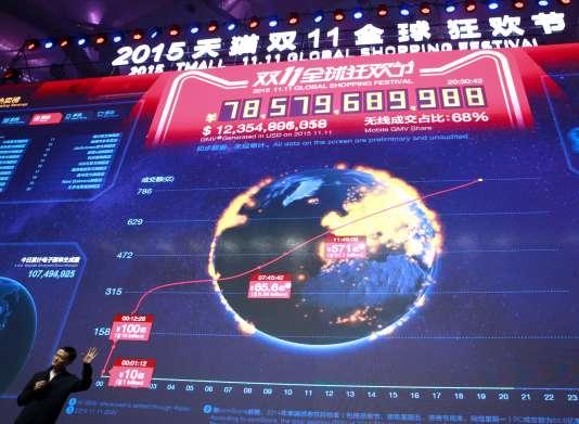 Le fondateur d'Alibaba Jack Ma, mercredi 11 novembre, devant un écran montrant en temps réel le montant des transactions réalisées lors la journée des célibataires.