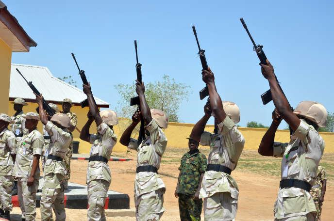 Des soldats nigérians lors d'une cérémonie organisée pour la libération de détenus blanchis de toute appartenance à Boko Haram, à Maiduguri, le 6 juillet.