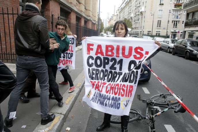 Des activistes anti-aéroport de Notre-Dame-des-Landes manifestent à Paris le 10 novembre 2015.