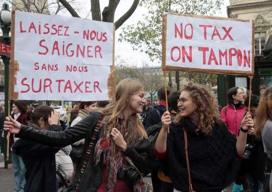 Lors d'une manifestation à Paris contre la « taxe tampon », le 11 novembre.