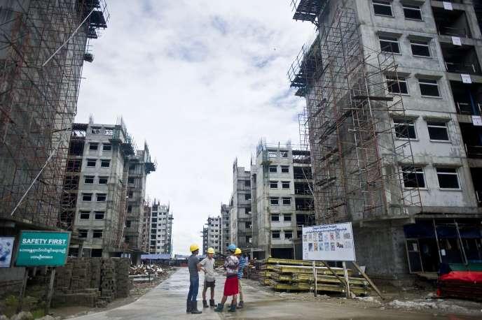 Chantier de construction d'immeubles à bas-prix dans la banlieue de Rangoun en Birmanie, le 12 octobre 2015.
