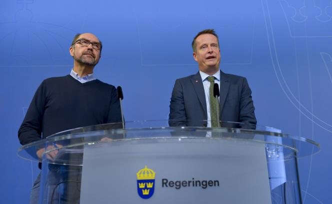 Le ministre de l'intérieur Anders Ygeman et le porte-parole de l'Agence des migrations Mikael Hvinlund annoncent le rétablissement temporaire des contrôles aux frontières suédoises, à Stockholm, le 11 novembre.