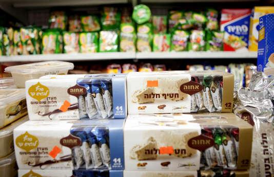 Des produits alimentaires fabriqués dans une colonie en Cisjordanie, dans un supermarché de Tel Aviv, le 11 novembre 2015.