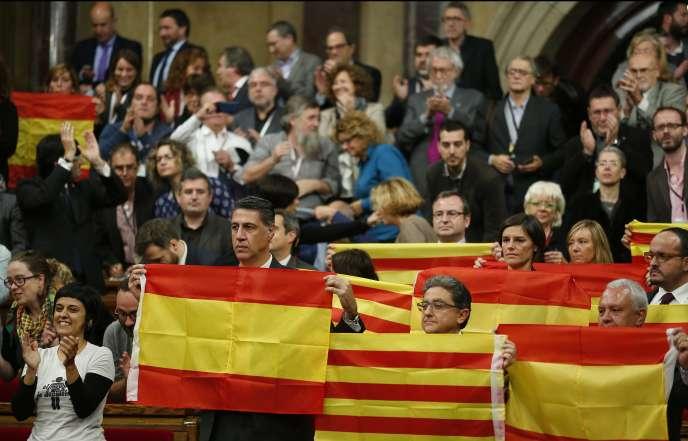 Des membres du Parti populaire catalan (droite) brandissent des drapeaux espagnols à l'issue de la session parlementaire, à Barcelone, le 9 novembre 2015.