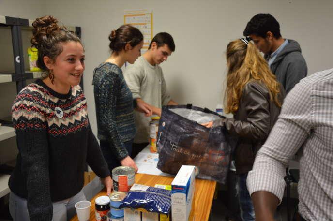 Les bénévoles des Halles de Rabelais, une association étudiantes, consacrent quelques heures par mois à aider d'autres étudiants précaires.