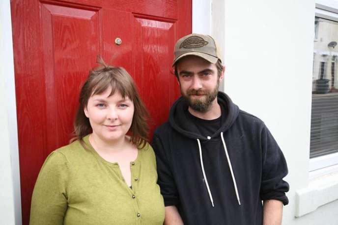 Grâce au projet de maisons à une livre sterling, ce couple d'artistes a pu devenir propriétaire à Stoke-on-Trent, une ville britannique des Midlands.