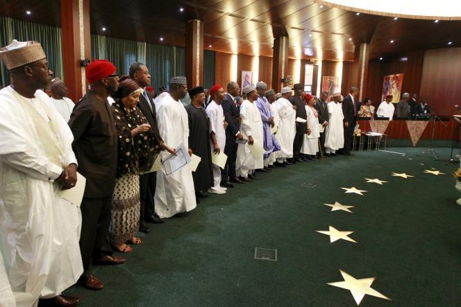 Les ministres nommés dans le gouvernement nigérian de Muhammadu Buhari prêtent serment le 11 novembre 2015 à Abudja.