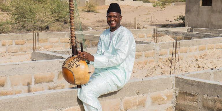 Ablaye Cissoko, ici en juin 2015 sur l'emplacement de sa future école de kora, près de Saint-Louis, au Sénégal.