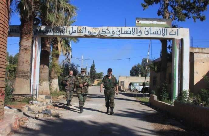 Des soldats syriens des forces de Bachar Al-Assad à l'entrée de la base militaire de Kweiris près d'Alep, reprise à l'EI grâce aux frappes aériennes russes le 11 novembre 2015.