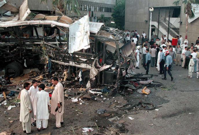 Sur les lieux de l'attentat de Karachi, le 8 mai 2002.