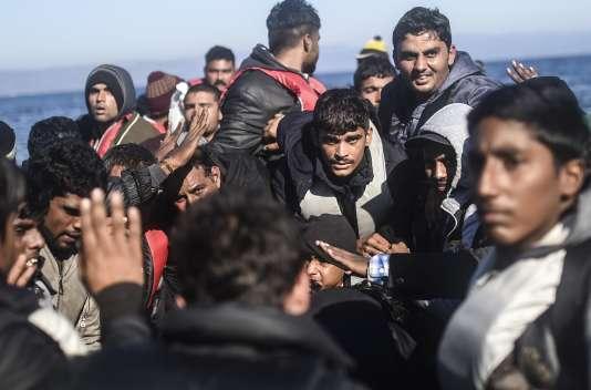Des migrants sur l'île de Lesbos après leur traversée de la Méditerranée depuis la Turquie, le 12 novembre 2015.