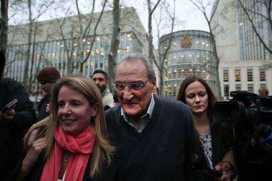 Vincent Asaro et ses avocats à la sortie du tribunal fédérale de Brooklyn, à New York le 12 novembre.