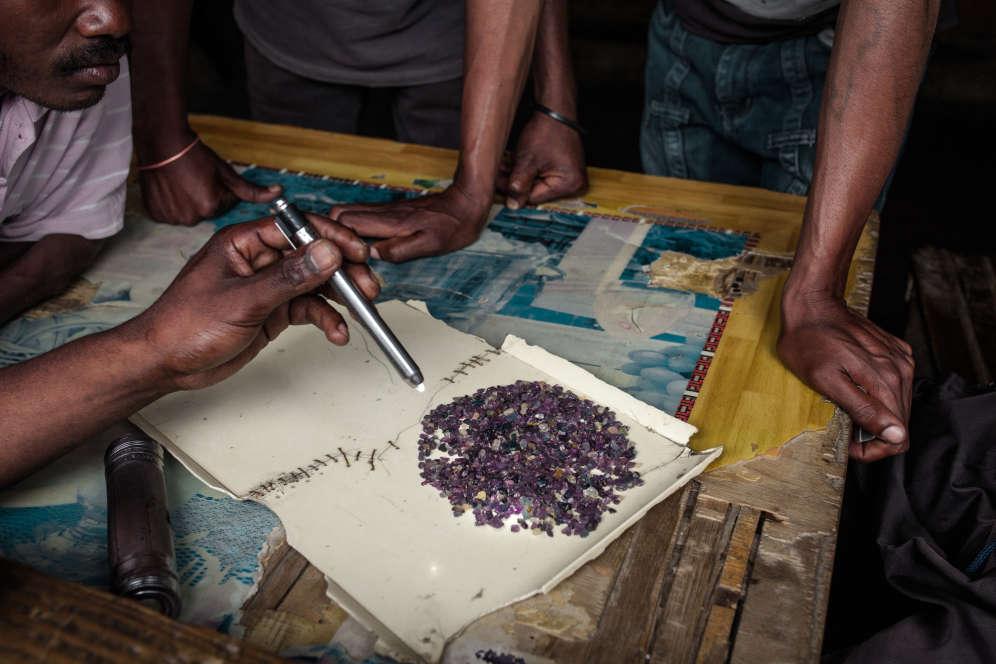 Des acheteurs Malgaches montrent leur stock de saphir qu'ils vont revendre aux Sri-Lankais ou aux Asiatiques. Un gramme de saphir bleu de qualité de cinq carats se négocie jusqu'à 3 000 euros.