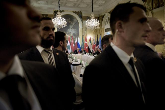 Le secrétaire d'Etat américain, John Kerry, en discussion avec son homologue russe, Sergueï Lavrov, à Vienne, le 30octobre.
