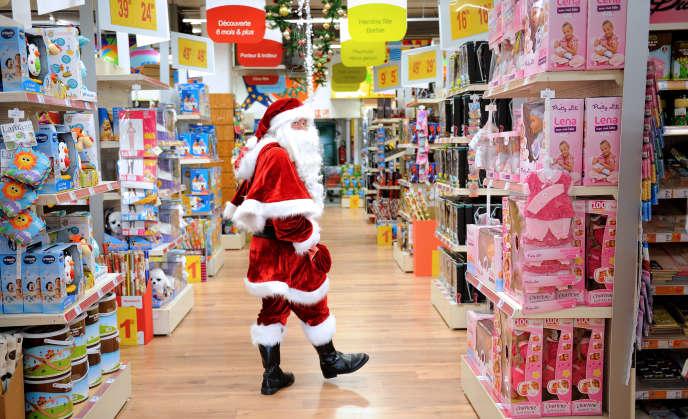 Un père Noël dans les allées d'un supermarché lillois, en décembre 2012.