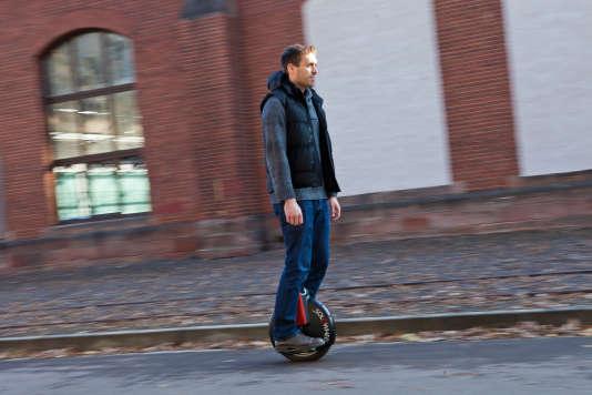 Un homme sur une gyroroue en Allemagne.