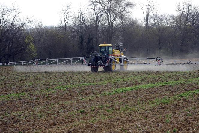 Un agriculteur traite ses cultures dans le sud-ouest de la France, en avril.