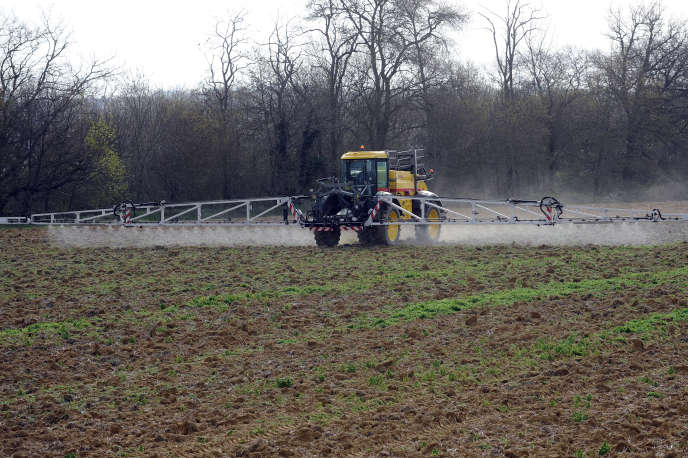Traitement d'un champs aux pesticides en Haute Garonne le 3 avril 2015.