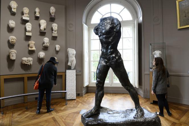 « L'Homme qui marche », du sculpteur Auguste Rodin (1840-1917), à l'hôtel Biron, qui abrite le Musée Rodin, à Paris, le 12 novembre 2015.