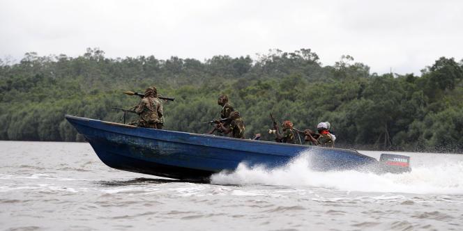 Des insurgés du Mouvement pour l'émancipation du delta du Niger (MEND), dans le delta du Niger, au Nigeria, le 17 septembre 2008.