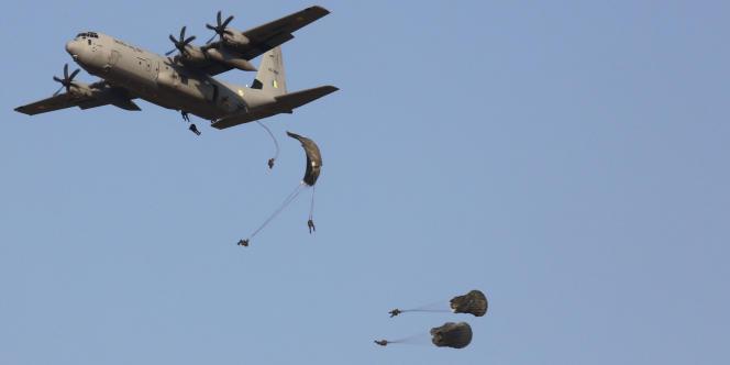 Des parachutistes indiens sautent d'un Lockheed Martin C-130J, en février 2013.