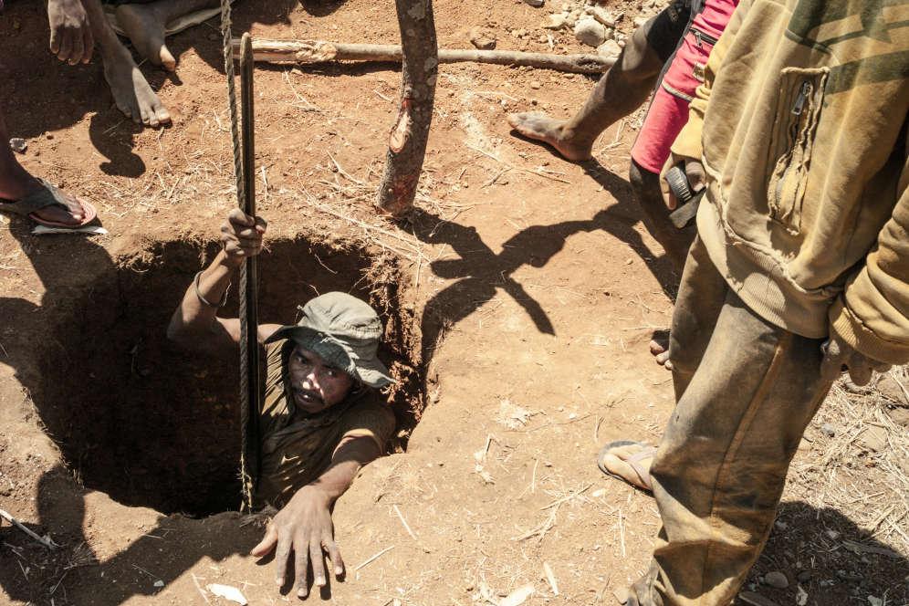Les mineurs creusent des trous jusqu'à 15 ou 20 mètres de profondeur pour remonter la terre dans laquelle se trouve, peut-être, des pierres précieuses.