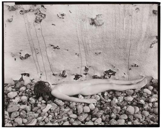 Guy Bourdin, Sans titre (nu), Normandie, c.1953-1957. Épreuve gélatino-argentique d'époque.Dimensions: 18 x 23.3 cm.