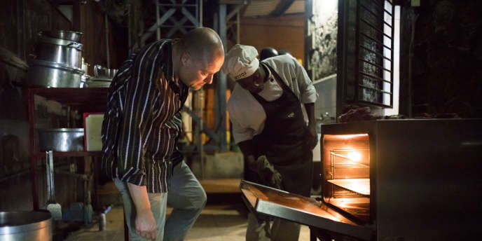 George Ghines surveille la préparation d'un plat dans les cuisines de son restaurant, Notos, à Juba.