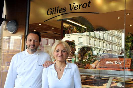 Gilles Verot et sa femme Catherine devant leur charcuterie à Paris.