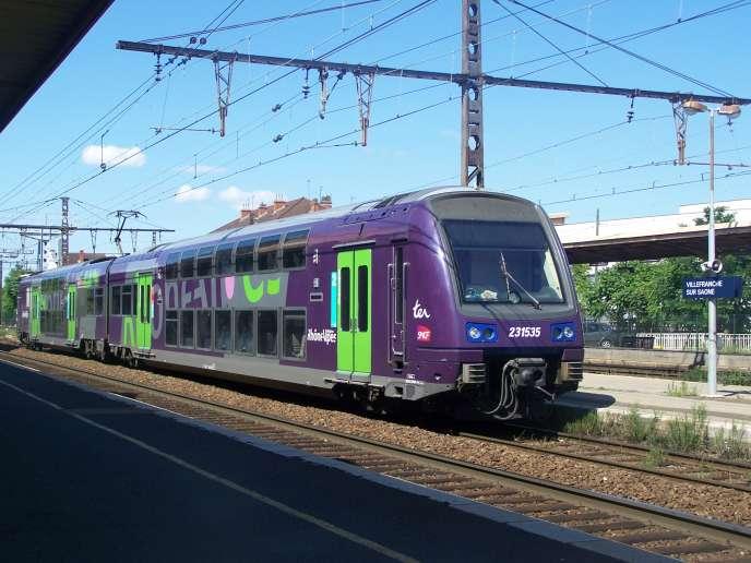 TER Rhône-Alpes attendant son départ de Villefranche sur Saône dans le Rhône, pour Vienne en Isère via la gare de Lyon-Perrache. Date 14 July 2008 © Florian Pépellin/CC