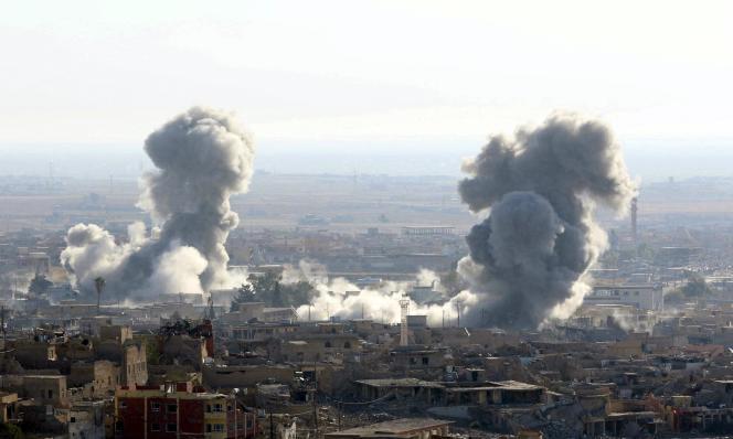 Bombardements de la coalition internationale menée par les Etats-Unis sur la ville de Sinjar, le vendredi 13 novembre.