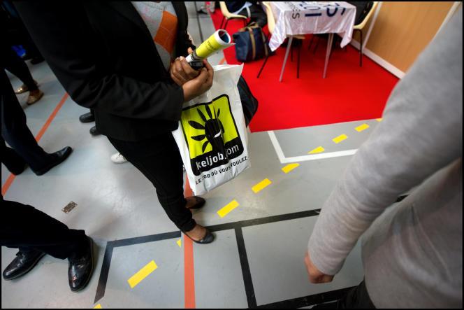Comme aux Etats-Unis, au Royaume-Uni ou en Allemagne, de nombreuses plateformes de mise en relation et de référencement des annonces d'emploi ont été créées ces dernières années en France (Photo: candidate avec sac en plastique avec publicité pour site web de recrutement Keljob).