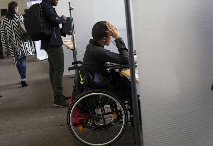 Jeune chômeur handicaée au Forum organisé par la CFDT et Pôle Emploi en Ile-de-France.