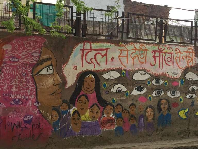 Action de sensibilisation pour tenter de stopper le harcèlement constant le long d'un mur dans la ville de Lal kuan. Le slogan en sanscrit explique: « Regardez avec votre cœur, et non vos yeux ».