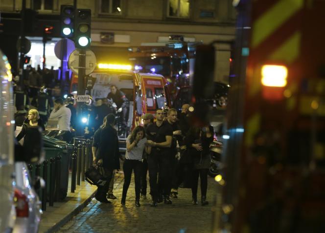 Les pompiers rue Bichat, dans le 10e arrondissement de Paris, à la suite de l'attaque, vendredi 13 novembre.