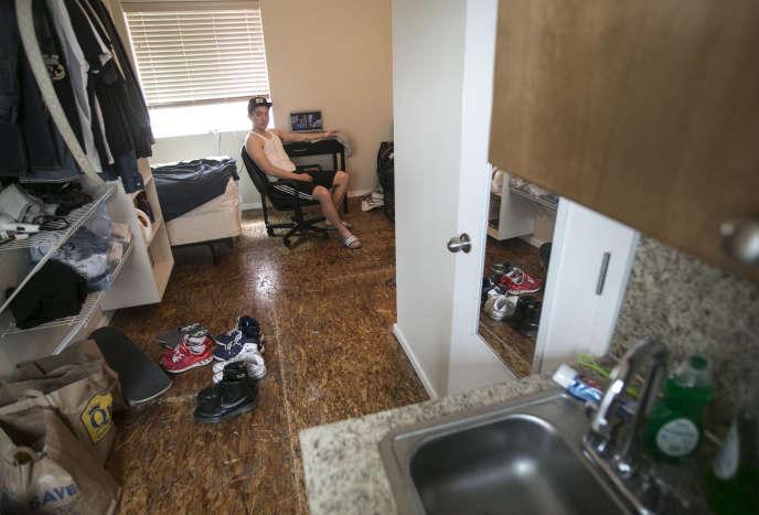 Un étudiant dans un petit appartement de Seattle en mai 2013.