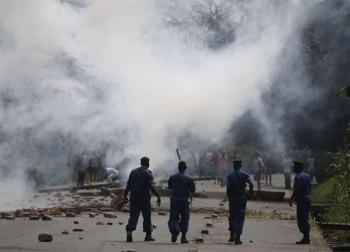 Des membres des forces de l'ordre face à des manifestants protestant contre la candidature du président burundais, Pierre Nkurunziza, à un troisième mandat, en mai2015 àà Bujumbura.