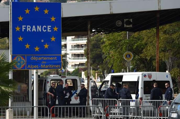 Des policiers à Menton, à la frontière franco-italienne, le 13 novembre 2015.
