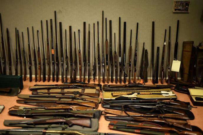 Des armes saisies dans le cadre du démantèlement d'un trafic d'armes à feu, en juin 2015.