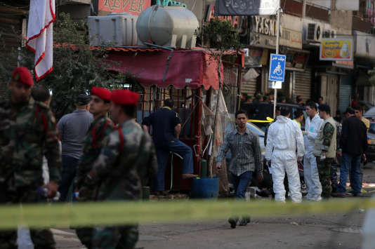 Beyrouth. La police scientifique sur les lieux de l'attentat au lendemain de l'attaque qui a fait au moins 43 morts.