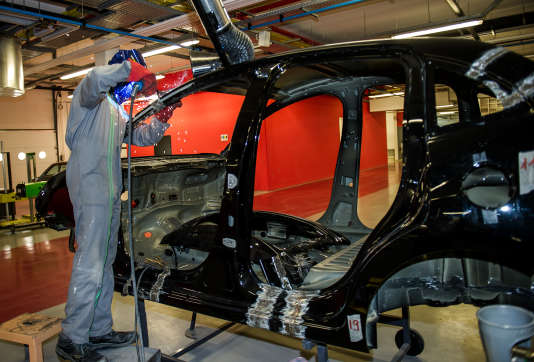 Un apprenti  dans l'atelier de carrosserie de l'Université régionale des métiers de l'artisanat (URMA), à Arras, en2014.
