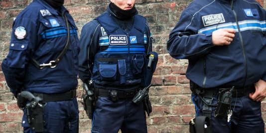 Le chef de l'Etat a assuré que les maires pourraient demander des armes pour leurs agents, prélevés sur les stocks de la police nationale.